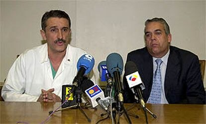 Los médicos José Eugenio Guerrero Sanz (izqda.), jefe del Servicio de Cuidados Intensivos, y José Avelino Barros (dcha.), jefe del Servicio Médico de la Casa del Rey, durante la rueda de prensa.