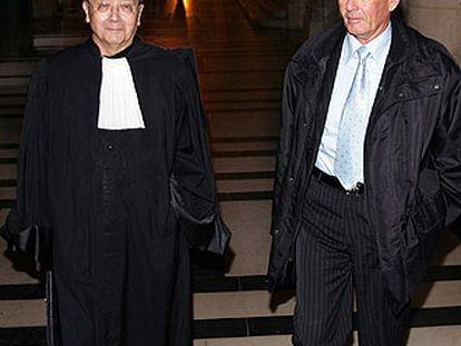 El capitán Paul Barril, uno de los responsables del grupo antiterrorista de Mitterrand, con su abogado, Jaques Verges, en el juzgado.