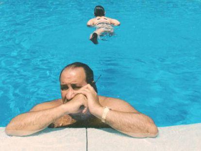 Imagen de Jesús Gil en una piscina en Marbella. Traíler de 'El pionero'.