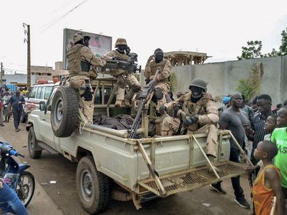 Soldados y ciudadanos en los alrededores de la casa del presidente de Malí, Ibrahim Boubacar Keita, en Bamako, durante la sublevación militar de este martes.