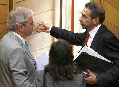 Emilio Pérez Touriño, María José Caride (de espaldas) y José Ramón Fernández Antonio, ayer en el Parlamento.