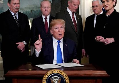 Trump se prepara para firmar aranceles de propiedad intelectual sobre bienes de alta tecnología de China, en 2018.