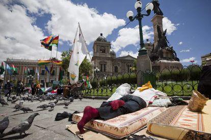Indigenas acampados en la plaza Murillo, frente al Palacio de Gobierno de La Paz.
