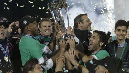Raúl y Marcos Senna levantan el trofeo de la North American Soccer League