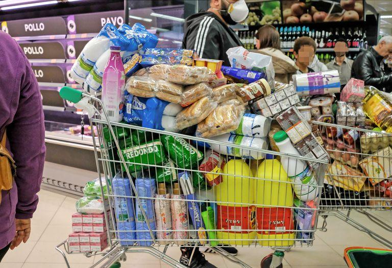 Una compra en un supermercado de Madrid durante el estado de alarma.
