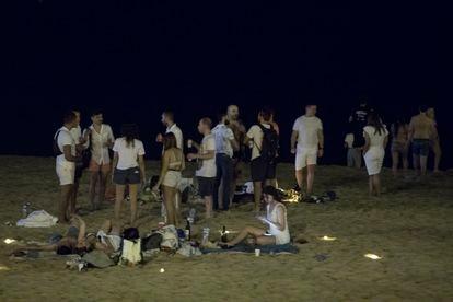 Botellón en la playa de la Mar Bella de Barcelona el pasado 13 de agosto.