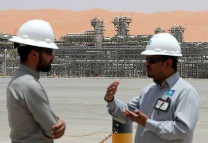 Dos trabajadores de Aramco, en las instalaciones de Shaybah (Arabia Saudí).