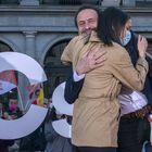 DVD1047 (17/04/2021) Edmundo Bal, candidato de Ciudadanos a la presidencia de la Comunidad de Madrid,  abraza a la lider del partido InŽs Arrimadas durante un acto de inicio de campa–a en la plaza de îpera en Madrid.