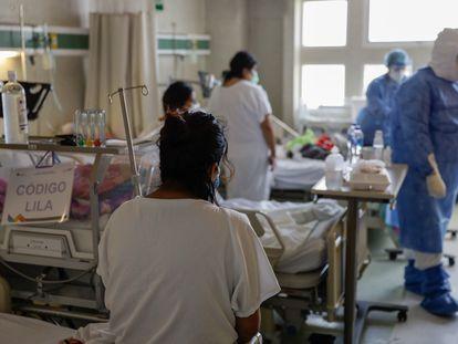 Trabajadores de salud atienden a pacientes en un hospital en Toluca, en febrero de este año.