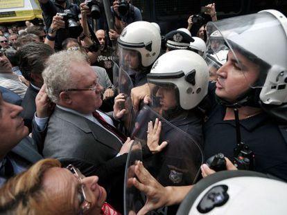 La policía corta el paso a médicos y abogados en una protesta hoy en Atenas.