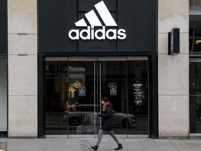 Una tienda de Adidas cerrada en Hamburgo, en abril.