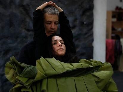 Eva Yerbabuena y Fernando Suels, en un ensayo de 'Al igual que tú', en el estudio de la bailaora en Dos Hermanas (Sevilla).