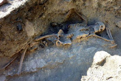 Los restos de Charlie, tal y como fueron hallados en su trinchera, algo muy poco usual.
