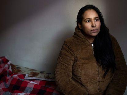 Esther Villazón volvió a un pueblito pequeño cerca de Valledupar, en Colombia, a mediados de enero, después de vivir un año y medio en Puerto Sagunto, en Valencia. Retrato de Esther en la habitación de acogida que la asociación AESCO le proporcionó hasta coger su vuelo en Madrid.