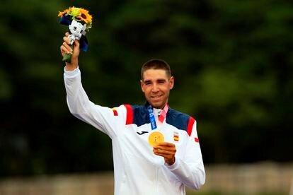 El ciclista David Valero posa con su medalla de bronce en los Juegos Olímpicos de Tokio 2020.