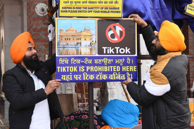 """Voluntarios sij del Templo Dorado de Amritsar, en India, cuelgan en febrero un cartel en el que se lee """"TikTok prohibido aquí"""""""