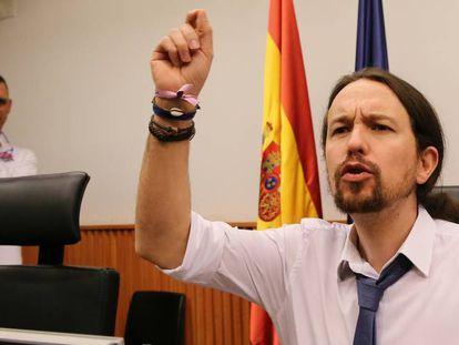 El secretario general de Podemos, Pablo Iglesias, durante la rueda de prensa en el Congreso.