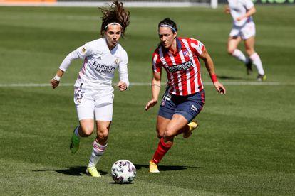 La jugadora del Real Madrid Marta Cardona conduce el balón ante Silvia Meseguer este domingo en el Centro Deportivo Wanda de Alcalá.