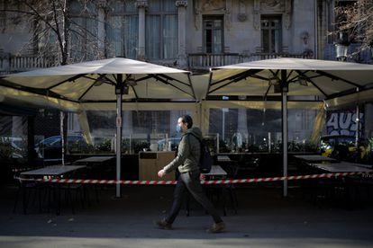 Una terraza cerrada en Barcelona el pasado febrero.