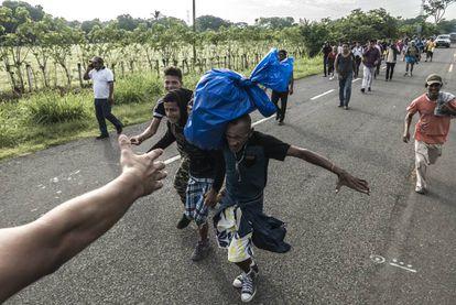 Un grupo de migrantes avanza sobre la carretera en el sureste mexicano.