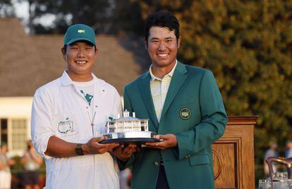 Matsuyama y su caddie, tras ganar el Masters.