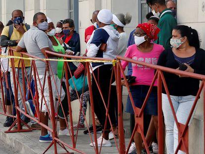 Personas con tapabocas hacen fila para comprar alimentos en un mercado de La Habana, en febrero.