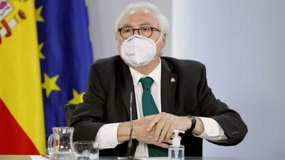 El exministro de Universidades, Manuel Castells, durante la rueda de prensa posterior a la reunión del Consejo de Ministros, este martes en Moncloa.