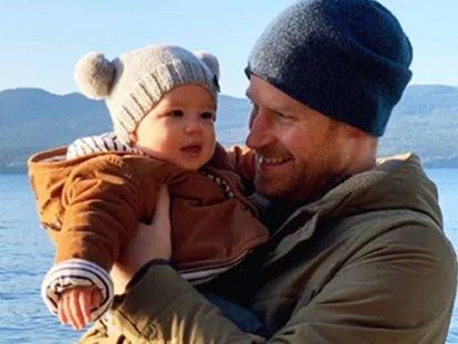 Enrique de Inglaterra con su hijo Archie, en una imagen de su Instagram el pasado diciembre en Canadá.