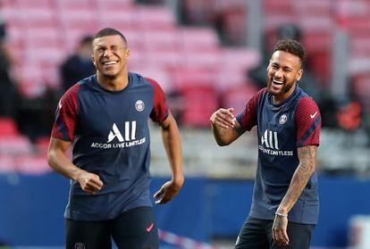 Mbappe y Neymar ríen durante el entrenamiento previo a la final.