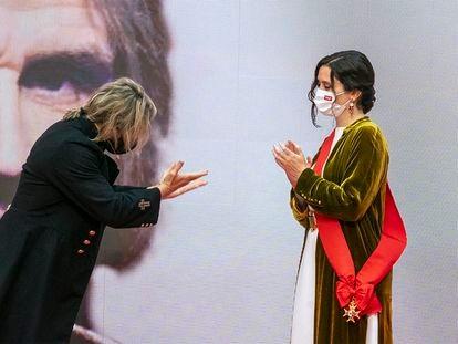 Isabel Díaz Ayuso entrega la Gran Cruz de la Orden del Dos de Mayo a Nacho Cano, que ha decidido cedérsela a la presidenta madrileña.