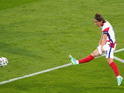 Luka Modric golpea con el exterior en la acción del 2-1 contra Escocia.