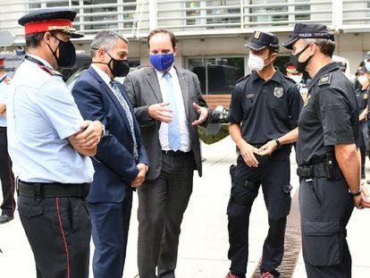 El consejero de Interior, Miquel Sàmper, con traje y mascarilla negra, en la visita al complejo central de Mossos.
