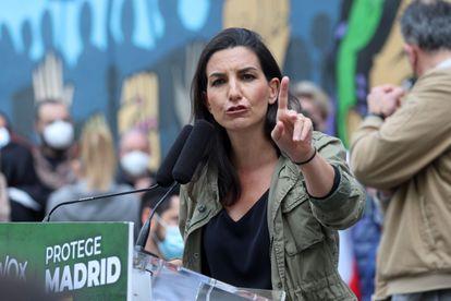 Rocío Monasterio participa en un acto de precampaña en la plaza de Oporto, en Madrid.