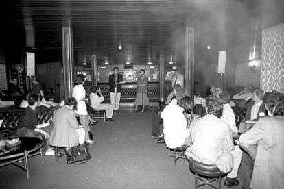 Acto en la cafetería del teatro María Guerrero en los años ochenta.