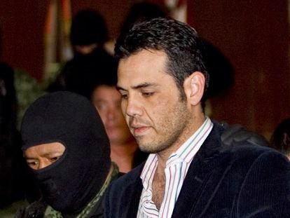 Vicente Zambada, acompañado de un oficial militar tras ser detenido, en Ciudad de México en marzo de 2009.