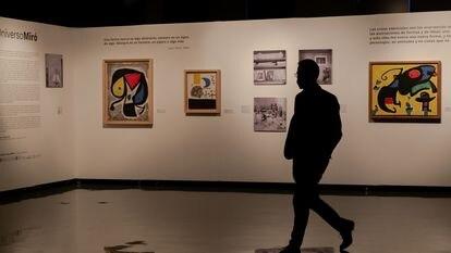 Pinturas y fotografías que forman parte de 'Universo Miró', la muestra del artista catalán Joan Miró que se expone en Ciudad de México.