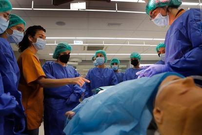 Alumnos haciendo una clase de práctica de medicina en la Universidad Internacional de Cataluña.