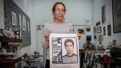"""La activista hondureña Ana Enamorado sostiene una bolsa con la cara de su hijo Óscar, desaparecido en 2010, este sábado en la cafetería """"La Resistencia"""" de Ciudad de México."""