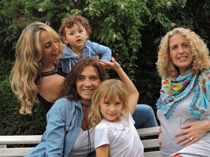 Silvina Steinbaum (de pie) con su hijo Joaquín, Andrea Russo y Simona, su hija, y Mariela Ávila en la casa de la segunda, el 20 de marzo en las afueras de Buenos Aires.