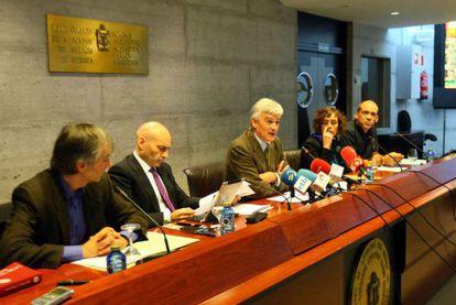 Gómez Bermúdez (segundo por la izquierda), junto al resto de ponentes en el debate: Sáinz de Rozas (a su derecha), De Oleaga, Izko y Garay.