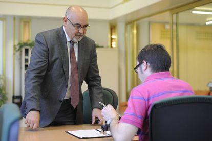 El portavoz del PSE, José Antonio Pastor, registra la enmienda a la totalidad presentada por la formación contra las cuentas de Urkullu.