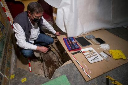 El arqueólogo Miguel Ángel Tabales, en la capilla del Alcázar de Sevilla junto al sarcófago de plomo hallado este martes a 20 centímetros del suelo.