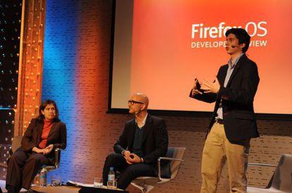 Javier Agüera presenta los nuevos móviles con Firefox.