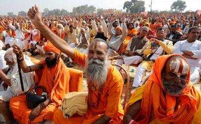 Monjes hindúes participan este domingo en una manifestación nacionalista en Ayodhya.