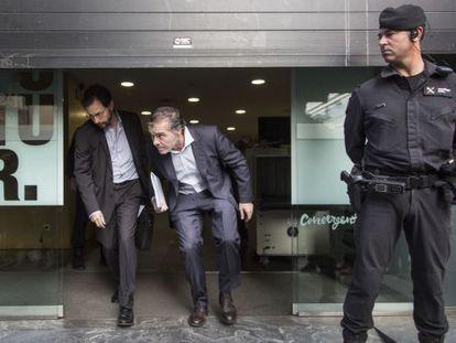Los fiscales José Grinda, a la izquierda, y Fernando Bermejo salen de la sede de Convergència, eb la calle Còrsega de Barcelona.