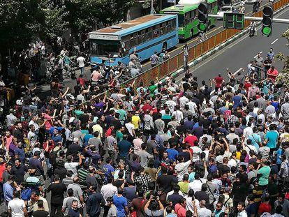 Decenas de iraníes protestan este lunes en Teherán.