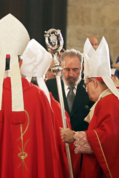 Fidel Castro saluda al cardenal Jaime Ortega (derecha) en 2005.