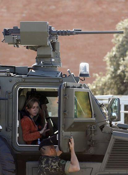 Chacón, a bordo de uno de los nuevos blindados del Ejército.