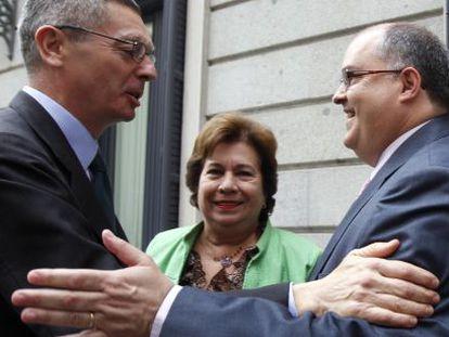 El ministro de Justicia, Alberto Ruiz-Gallardón, saluda al presidente en funciones del Poder Judicial, Fernando de Rosa, en el Congreso.