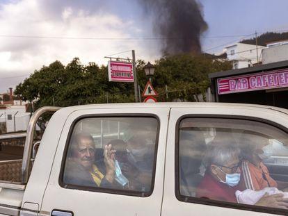 Una familia abandona a toda prisa su casa tras las evacuaciones de este viernes tres poblaciones de La Palma.
